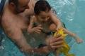 Papa-et-son-fils-jouant-dans-la-piscine